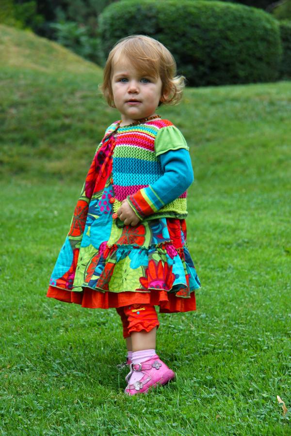 Un petite dans une jolie robe
