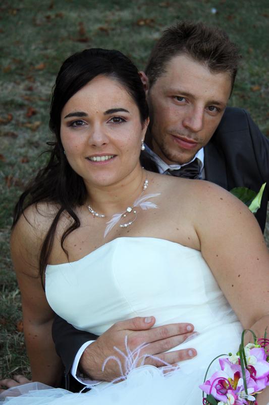 Photographe mariage l'Isle Jourdain - Les mariés sur l'herbe