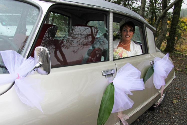 Photographe mariage Auch - La mariée en voiture