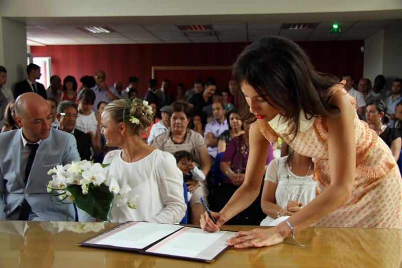 Photographe mariage Albi - Témoin signant le registre