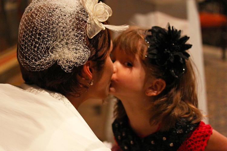 Photographe mariage Auch - Baiser entre la mariée et sa fille