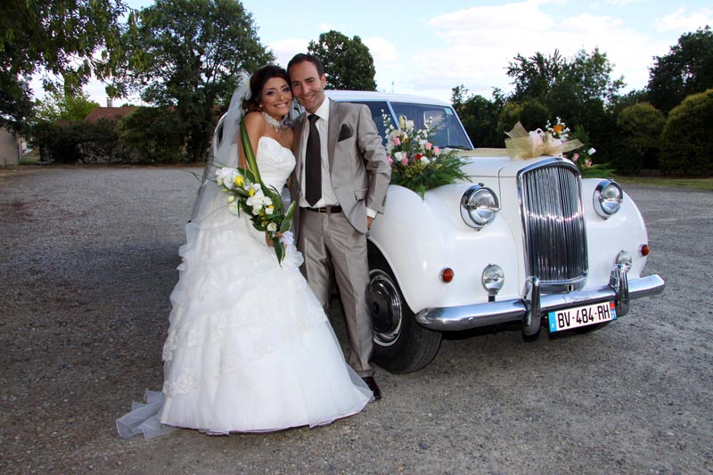 photographe mariage Toulouse - les mariés devant la voiture