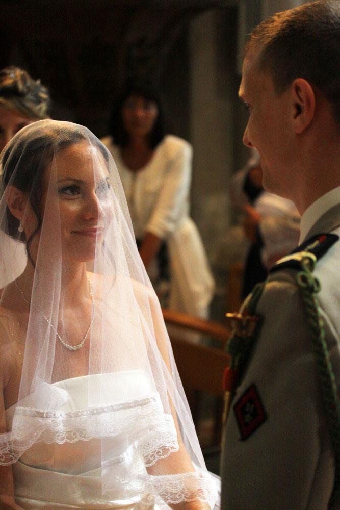 Photographe mariage Montauban - Regard complice cérémonie religieuse