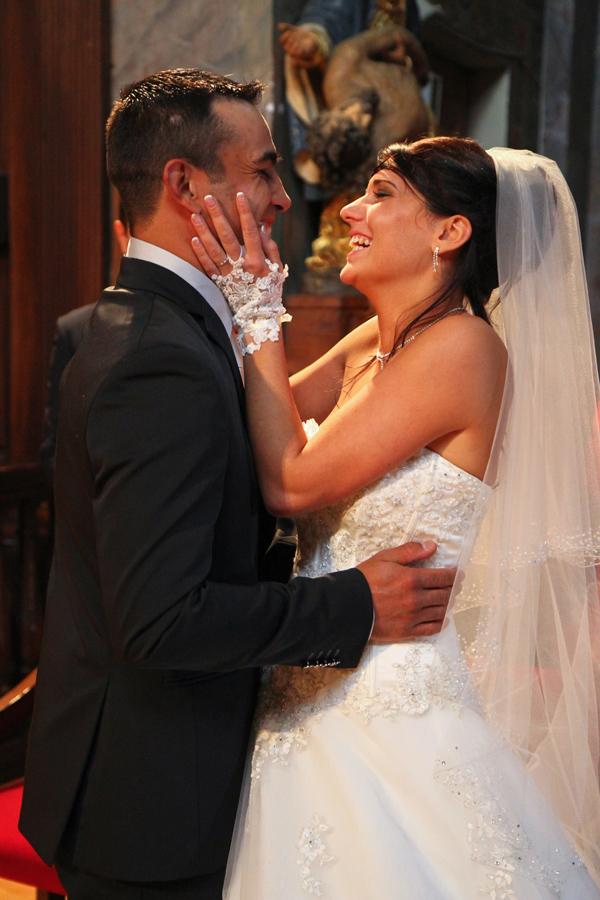 Photographe mariage Muret / Baiser à l'église
